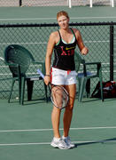http://img37.imagevenue.com/loc134/th_441347616_Sharapova_training_2006_15_122_134lo.jpg