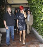 th_32267_RihannaleavingAGOrestaurantinLA19.7.2010_05_122_78lo.jpg