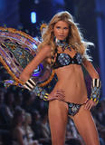 th_10120_fashiongallery_VSShow08_Show-403_122_937lo.jpg